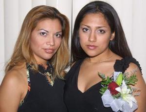 Diana Monserrat García acompañada de la anfitriona de su despedida de soltera Connie de Marín.