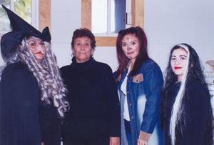 <u> 03 noviembre 2003 </u> <p> Bety Ramírez, Concepción Serrano, Rocío Rodríguez  y Julia Téllez, captadas en pasado festejo social con atractivos disfraces.