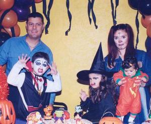 El pequeño Fernando Rodríguez Téllez acompañado de sus papás, Fernando Rodríguez y July Téllez, además de sus hermanitas Daniela y Ximena, en la fiesta de disfraces que le ofrecieron por su sexto año de vida.