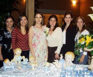 Patricia Miltre de Decayón con un grupo de amigas en la fiesta de regalos que le ofrecieron por el cercano nacimiento de su primer bebé.