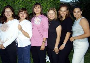<u> 06 noviembre </u> <p> Sol Amaya de Moreno acompañada por un grupo de invitadas a la fiesta de regalos que le ofrecieron por la llegada del bebé que espera.