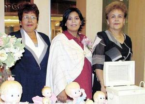 Carmen Aneth Saláis de Herrera con San Juana Cruz y Anacieta Reyes, organizadoras de su fiesta de canastilla.