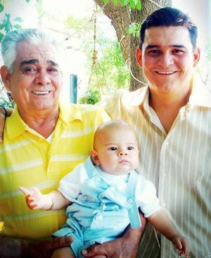 El Señor Gustavo E. Romo López celebró su cumpleaños, en la fotografía lo acompañan  su papá  Sr. Gustavo Romo Castañeda  y su hijo Gustavo Romo Espinoza, quienes forman tres generaciones de estimable familia.