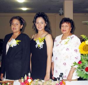 Arehmi Cervantes Rivas acompañada de las anfitrionas de su despedida de soltera, Carmen Rivas y Elvira Barbalena de García.