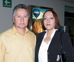 Francisco Peña llegó de la  Ciudad de México lo recibió su esposa Lucy de Peña.