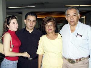 Procedente de la Ciudad de México, llegó Christian Alejandro Ramírez, lo recibió su novia Mary Arroyo, Sonia de Ramírez y Fernando Ramírez.