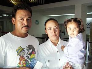 <u> 09 de noviembre </u> Rodolfo Carrillo viajó a Cancún, y en el aeropuerto lo despidió Catalina Carrillo y Denisse Torrero.