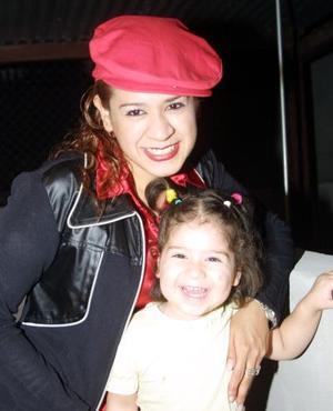 Jenny Salcedo acompañada de su hija Kenia Jathziry.