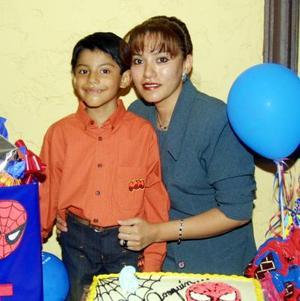 Joaquín Barraza Rosales en compañía de su mamá Lupita Rosales de Barraza en la fiesta de cumpleaños que le ofreció por sus seis años de vida.