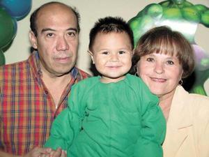 Jorge Armando Rodríguez acompañado por sus abuelitos, Armando Rodríguez y Silvia de Rodríguez en su fiesta de cumpleaños.