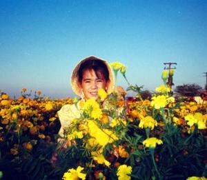 Niña María Fernanda Ortiz Alcántar en un cultivo de flores de la P.P. Bucareli, Durango.
