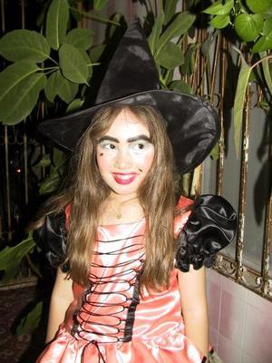 <u> 08 noviembre 2003 </u> <p> Thalía Rentería captada en pasado festejo intantil al que acudió vestida de brujita.