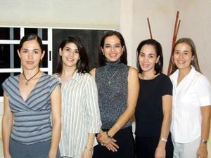 Jéssica Benítez Zambrano junto a las anfitrionas de su fiesta de despedida Ivette Monroy de Chaul, Carolina de Santibañez, Bárbara Molina de Vega y Ángeles Vela de Galindo.
