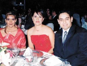 Marcela Briones de la Tijerina, Julia Meléndez y Jorge Reyes Casas en la recepción de boda de la pareja Meléndez Rodríguez.