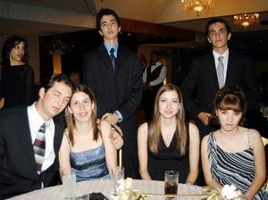 Alejandro Abdo, Cristy de la Peña, Alina Niembco, Mario Santibáñez, Guillermo Jiménez y otra señorita, en reciente festejo social.