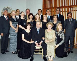 <u> 10 noviembre </u> <p> Los señores José Jiménez García y Abigail Saracho de Jiménez celebraron sus bodas de oreo matrimoniales, acompañados de su familia.
