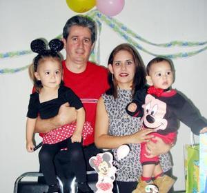 Andrea Mayela y Jesús de la Rosa Santana acompañados de sus padres, Jesús de la Rosa Flores y Mayela Santana de De la Rosa en su fiesta de cumpleaños.