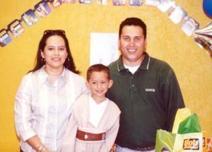 El pequeño Ricardo Aguirre Rodríguez acompañado de sus papás, Ing. Ricardo Aguirre Venegas y Lic. Cristina Rodríguez Aguirre en la fiesta por su tercer aniversario de vida