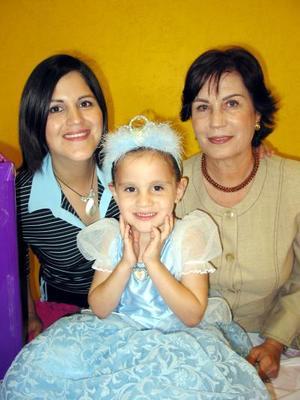 Niña Andrea Arzate Campos con su mamá Alma Campos de Arzate  y su abuelita Alma Rosa Escobedo de Campos en su cuarto aniversario de vida.