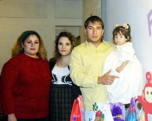 Niña María Luisa Canive en la fiesta de cumpelaños que le organizaron Socorro Canive Cruz, Flor de María Carrillo y Jesús  Canive Cruz, quienes la acompañan.