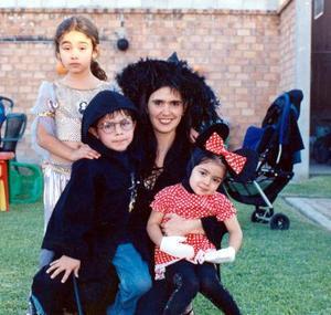 <u> 10 de noviembre 2003 </u> <p>  Señora Biby con sus hijos Bibiana, Sergio y Valentina Becerra.