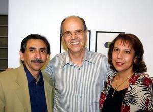 Juan S. Morales Hurtado y Eugenia F. de Morales acompañaron al artista en la ceremonia inaugural.