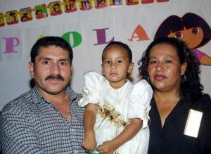 <u> 12 de noviembre 2003 </u> <p> Elías Gómez Medrano y Cecilia Hinojosa Ruelas con su hija Paola Daniela Gómez Hinojosa en una fiesta que le ofrecieron por su cumpleraños.