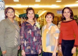 La festejada con las organizadoras del convivio Ing. Lucía Moreno de Del Río, Sra. Hilda Graciela Aguirre de Del Río y Lic. Anabel Escamilla de Del Río.