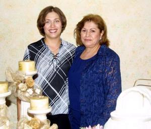 Wendy de Torres junto a la anfitriona de su fiesta de canastilla, Luly Medina.