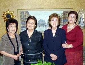 Flavia Anzures en compañía de sus hermanas Lupita, Teresa y Concha.