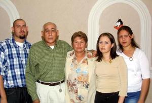 Juan José Sotelo y Mayela de Sotelo acompañados de sus hijos Christian, María y Brenda en la fiesta que les organizaron por su 26 aniversario de boda