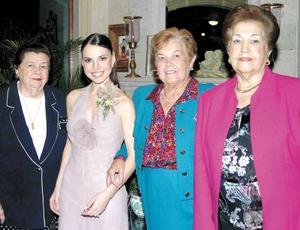 <u> 12 noviembre 2003 </u> <P>  La feliz novia, Brenda Arizpe Garza, acompañada por las señoras Magdalena Medina de Moreno, Angelina Martínez de Garza y Alicia Gutiérrez de Rodríguez.
