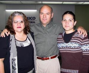 Eduardo Fernández viajó a Europa y fue despedida por su esposa Argentina Gómez y su hija Argentina Fernández.