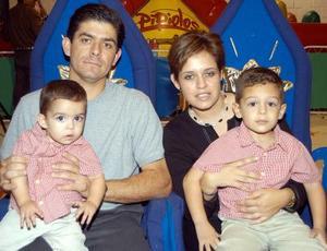 Guillermo y Santiago Ramírez Castillo acompañados de sus padres Guillermo Ramírez Necochea y Rebeca Castillo de Ramírez en la fiesta que les ofrecieron por su cumpleaños