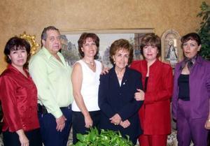 <u> 13 noviembre 2003 </u> <P> Señoras Flacia Anzures, acompañada de sus hijos, María Eugenia, Guillermo, Flavia, Mónica y Ana Isabel en el festejo que le ofrecieron por su cumpleaños.