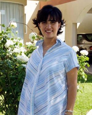 Brenda de León Gordillo recibió un gran número de obsequios en la fiesta de regalos que se le organizó por la próxima llegada de su bebé.