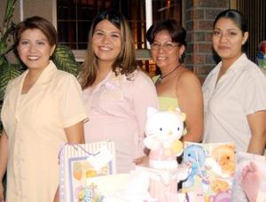 Claudia Arroyo Hernández con Martha Gallegos de Domínguez, Vanesa y Érika Domínguez Gallegos en la fiesta de canastilla que le organizaron en días pasados