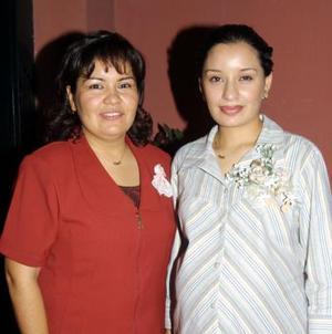 Elsa González Adame con la organizadora de su fiesta de regalos.
