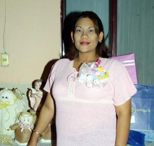 Verónica López Hernández captada en la fiesta de canastilla que  se le organizó por la próxima llegada de su bebé.
