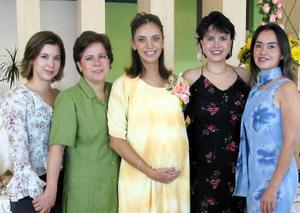 Gelo de Garza, Sofía de Garza, Anabel de Cerra y Mireya Rivera, acompañaron a Rosy Rivera de Echávarri en su fiesta de regalos.