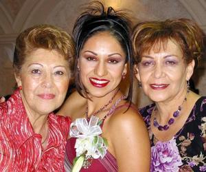 María del Carmen con su mamá María del Carmen Salas de Morales y su futura suegra María Eugenia González de Cañedo.