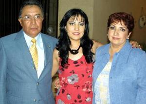 <u> 14 de  noviembre </u> <p> La futura novia Estela Morales Ramos en compañía de sus padres, C.P. Juan Francisco Morales y Estela de Morales.