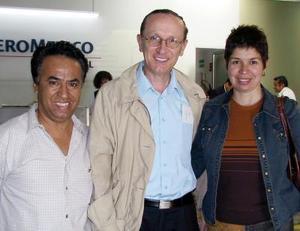 El violinista ruso Leonid Kwrdow y su esposa Fabiola Partida fueron despedidos por Mario Espinoza a su regreso a la Ciudad de México.