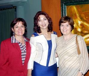 María Elena Barragán y María Isabel Barragán acompañan a la pintora Pilar Rincón (centro).