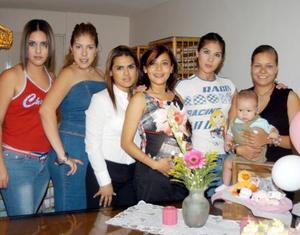 Cynthia Silva acompañada de Lucienne Quirino, Daniela González, Alelhí de Padilla, Diego Padilla, Melissa López y Brenda Ortiz en la fiesta de regalos que le ofrecieron por el nacimiento de su bebé.