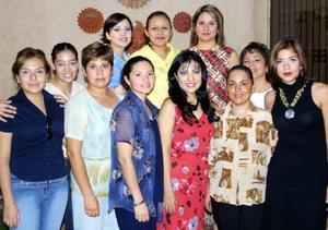 Estela Morales Ramos en compañía de un grupo de familiares y amistades que asistieron a su festejo de despedida de soltera.