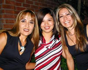 <u> 14 de noviembre </u> <p> Pina Martínez, Cecy Luna y Vero Martínez se divirtieron en un festejo social.