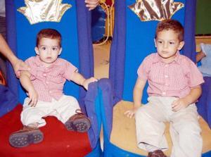 Los pequeños Guillermo y Santiago Ramírez en la fiesta que les organizaron sus papás con motivo de su tercer y primer año de vida.