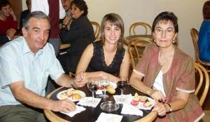 Jorge Fernández, Bárbara Madero y Mercedes García asistentes a un coktel de degustación.