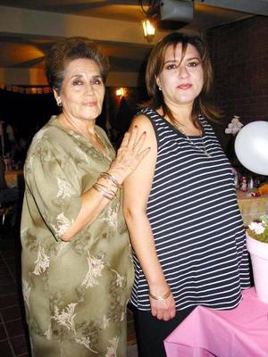 La señora Marycarmen Martínez de López acompañada de su mamá Salomé de Martínez, en la fiesta de regalos que le organizó por el próximo nacimiento de su bebé.